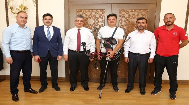 ŞAMPİYON OKÇU'DAN VALİ PEKMEZ'E ZİYARET