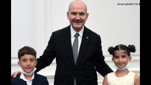 Bakan Soylu, Türk bayrağını öpen çocukları ağırladı